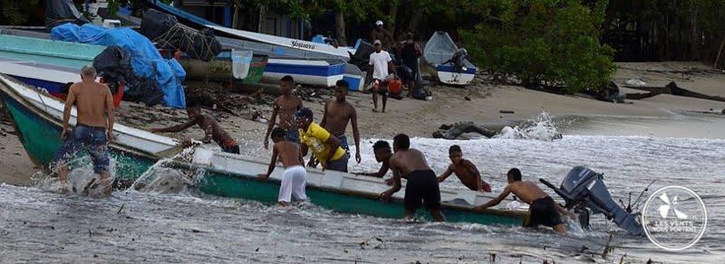 Villageois aide au port Photos de Capurgana en Colombie