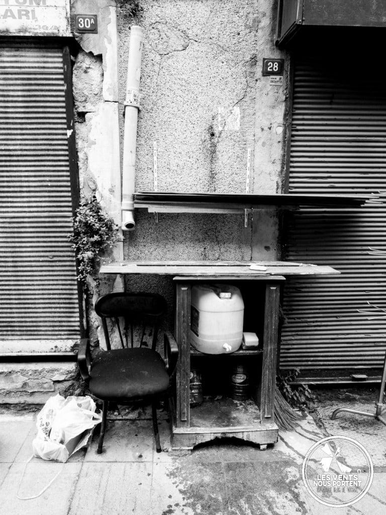 Réflexion sur la photo de rue, Meuble, Chaises, Mur à Istanbul