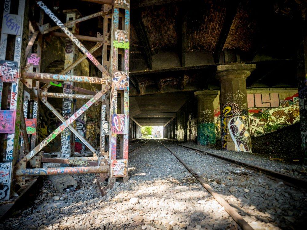 tunnel graffiti sous les buttes chaumont a paris