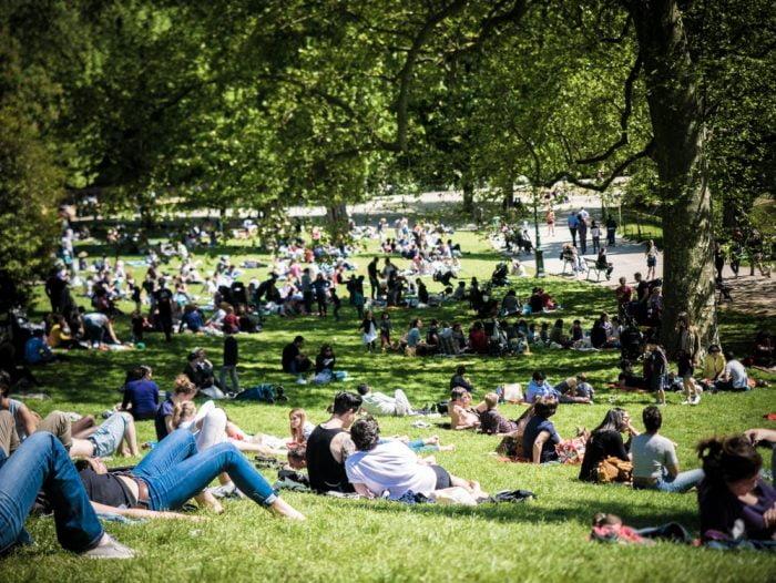 farniente le dimanche au parc des buttes chaumont à paris