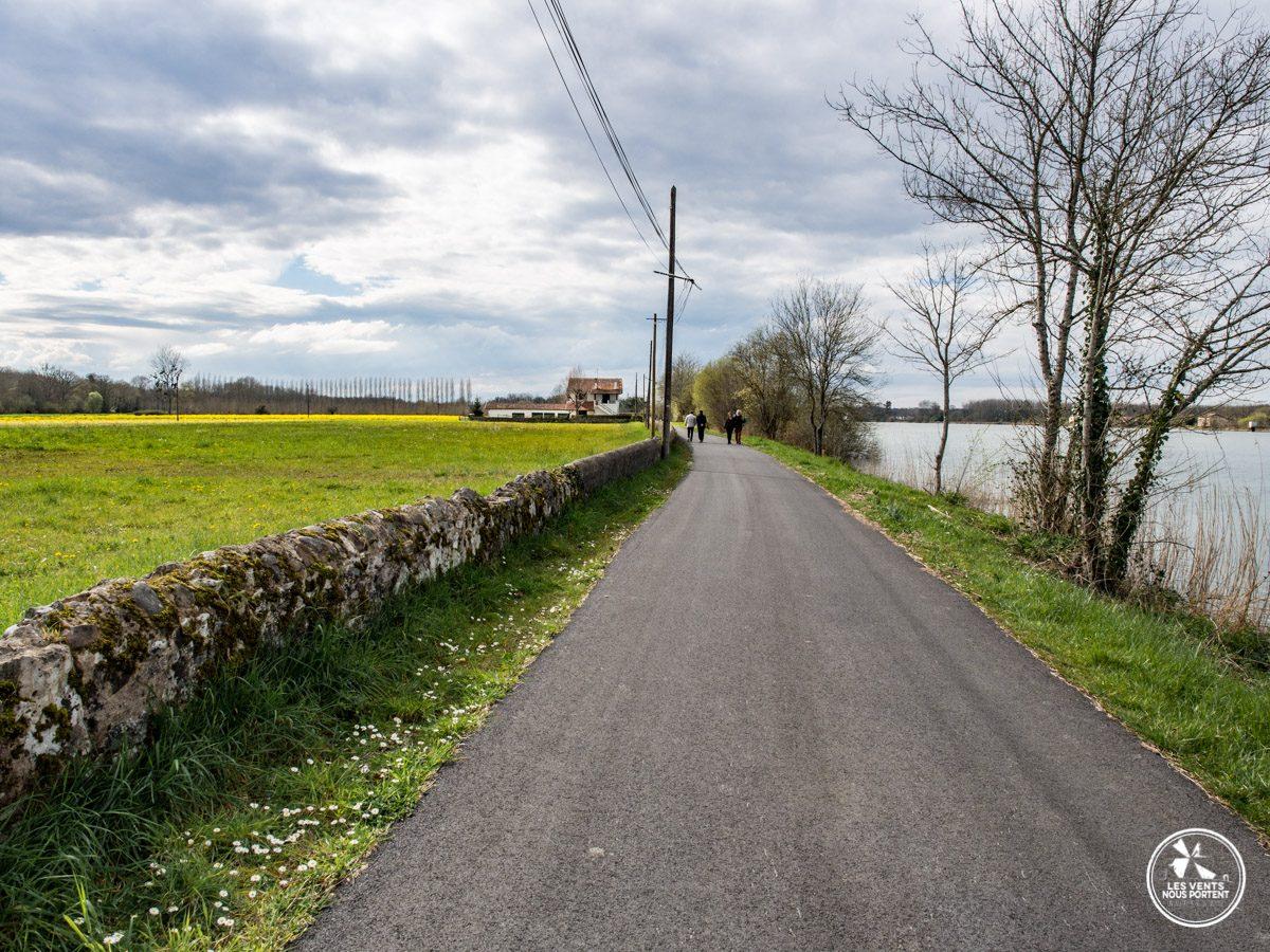Sur le chemin de halage à Urt au Pays Basque