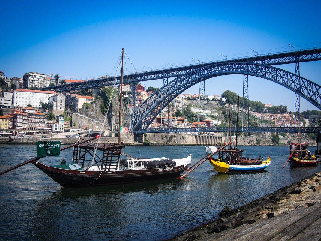 sue sur le pont depuis le quai avec bateau en premier plan a porto voyage portugal