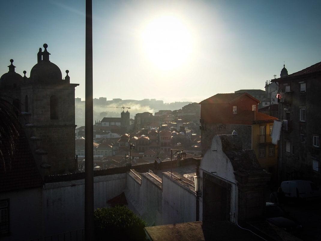 vue clair obscur sur les hauteurs de porto voyage portugal