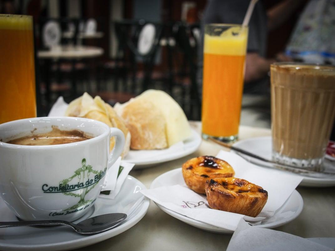 petite dejeuner chocolat jus d'orange et pastel de nata a la cafétéria do bolhao a porto voyage portugal