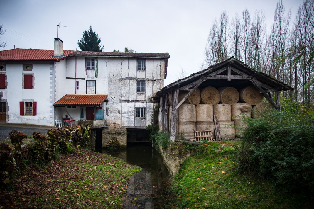 vieux moulin d'urt au pays basque