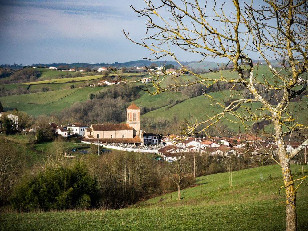 village de la bastide clairance depuis les hauteurs au pays basque