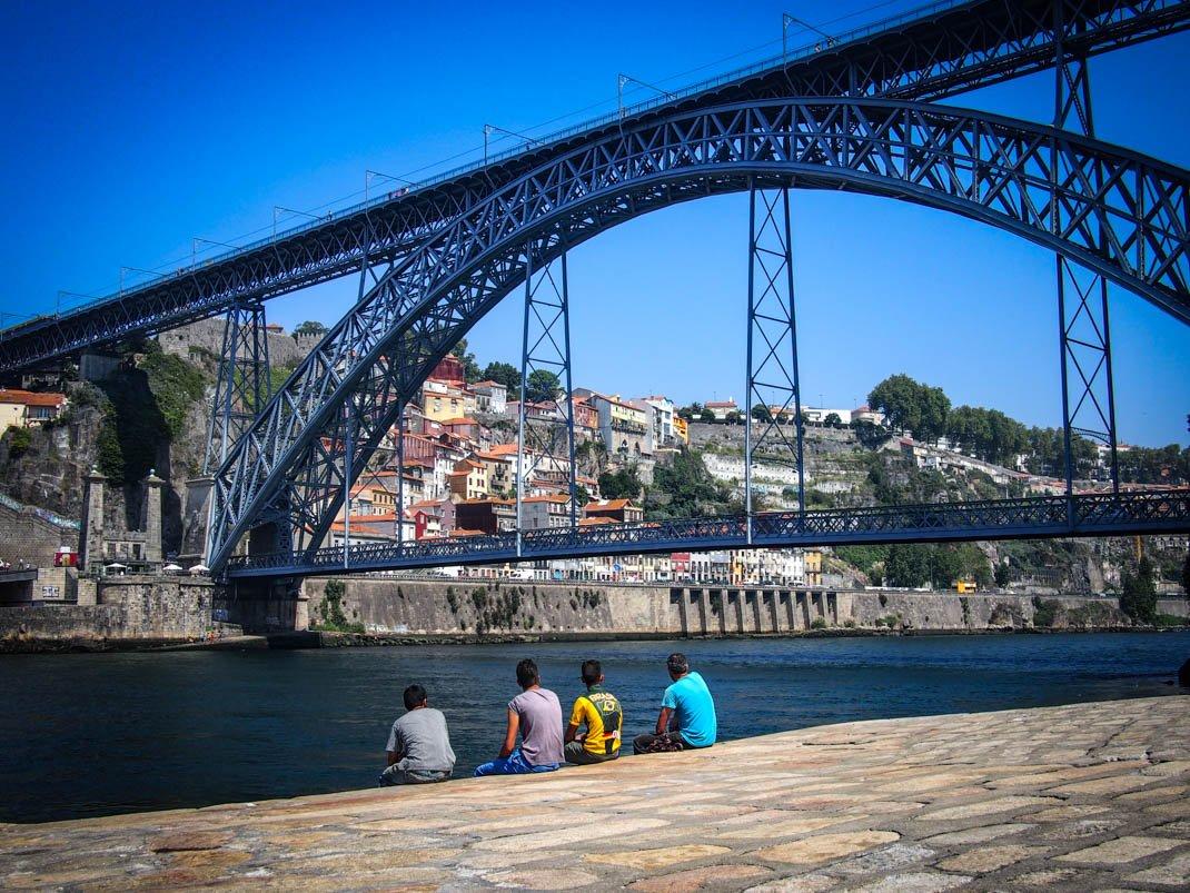 des portugais prennent une pause sous le pont dom luis a porto voyage portugal