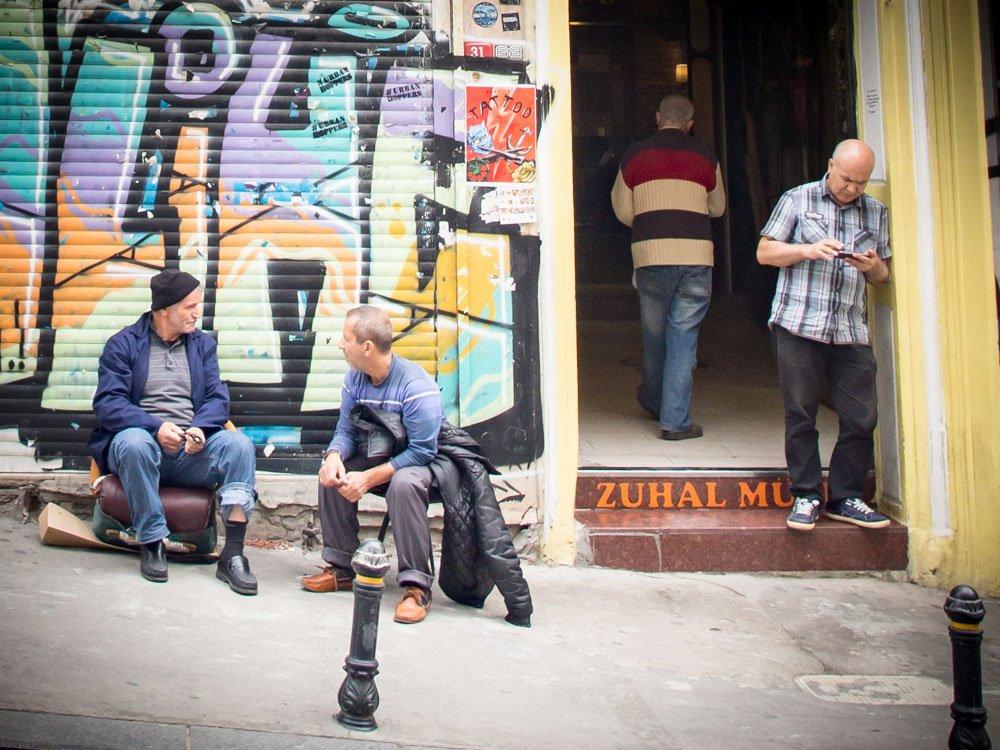 des hommes discutent sur le trottoir dans les rues de galata a istanbul en turquie