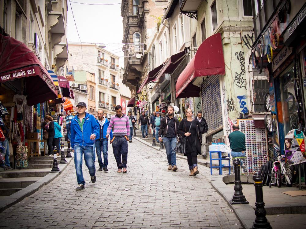 scene de rue dans le quartier galata a istanbul en turquie