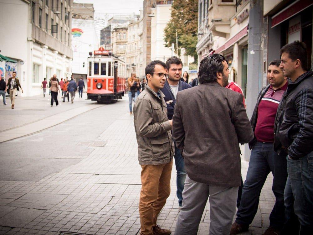des hommes discutent près de la station tunnel a istanbul en turquie