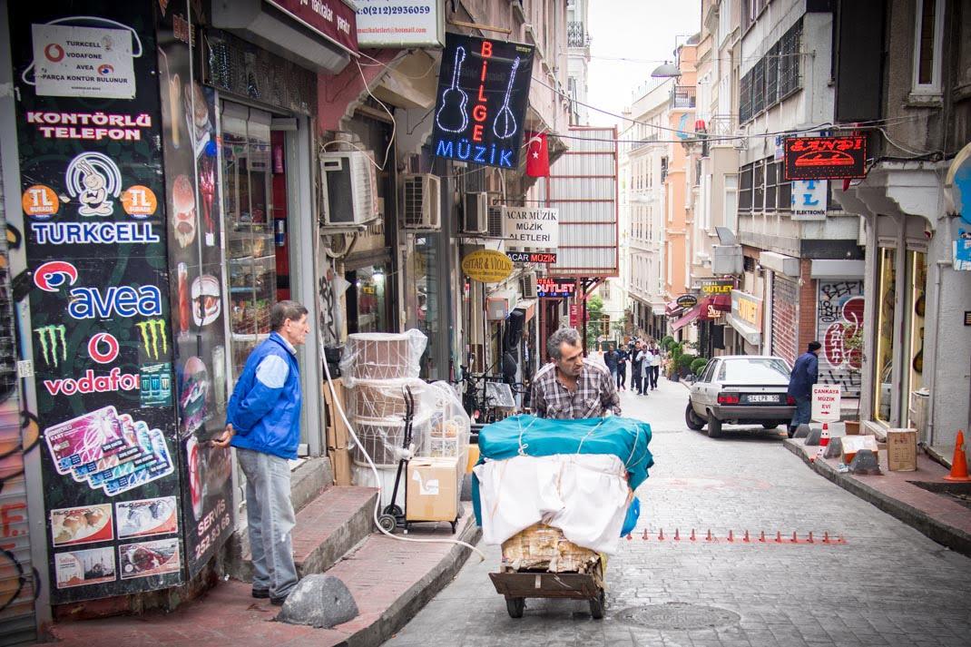 livreur dans une rue de galata a istanbul en turquie