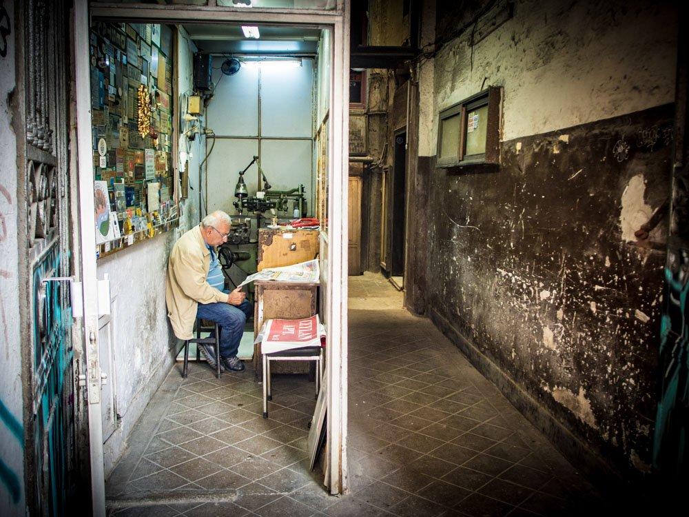 vieil homme lit le journal dans son bureau ouest sur la rue a istanbul en turquie