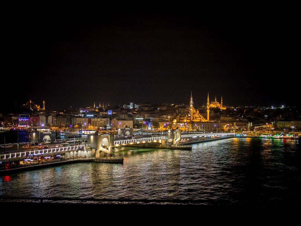 vue du pont de galata, de la corne d'or et de sultanahmet la nuit a istanbul en turquie