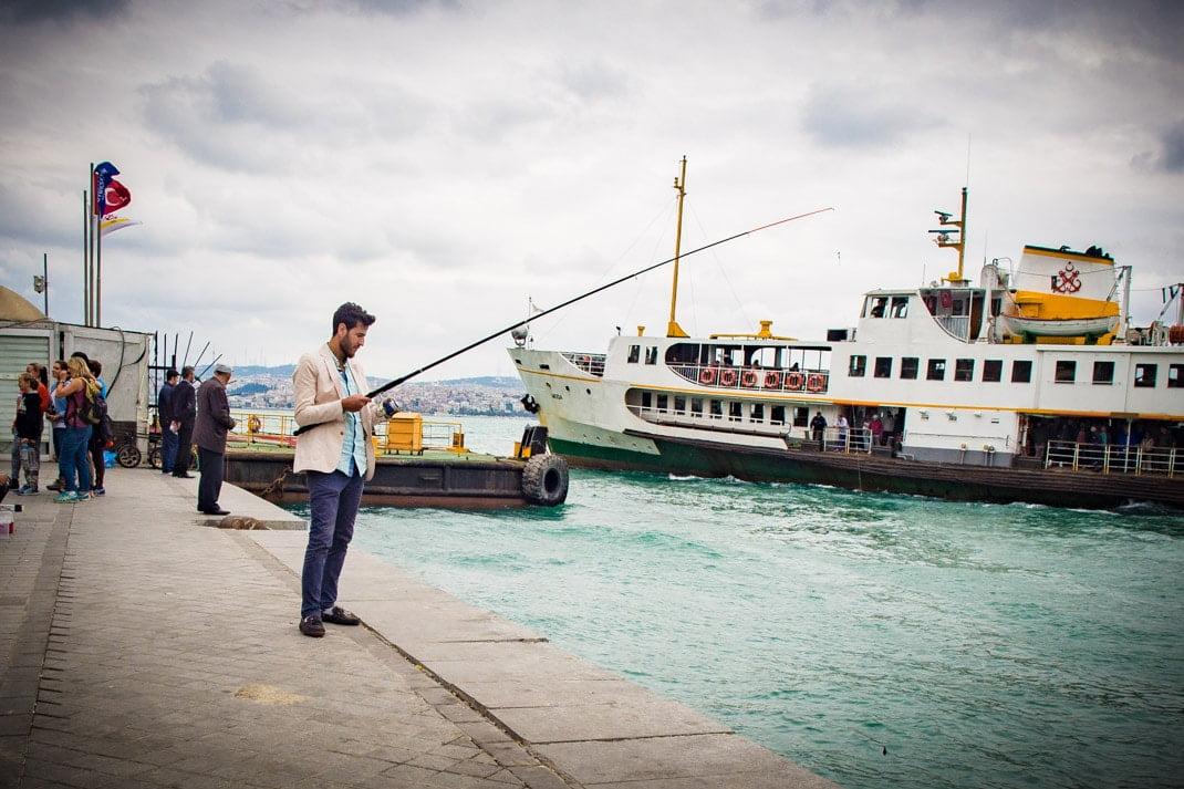jeune pêcheur bcbg à karakoy istanbul voyage turquie