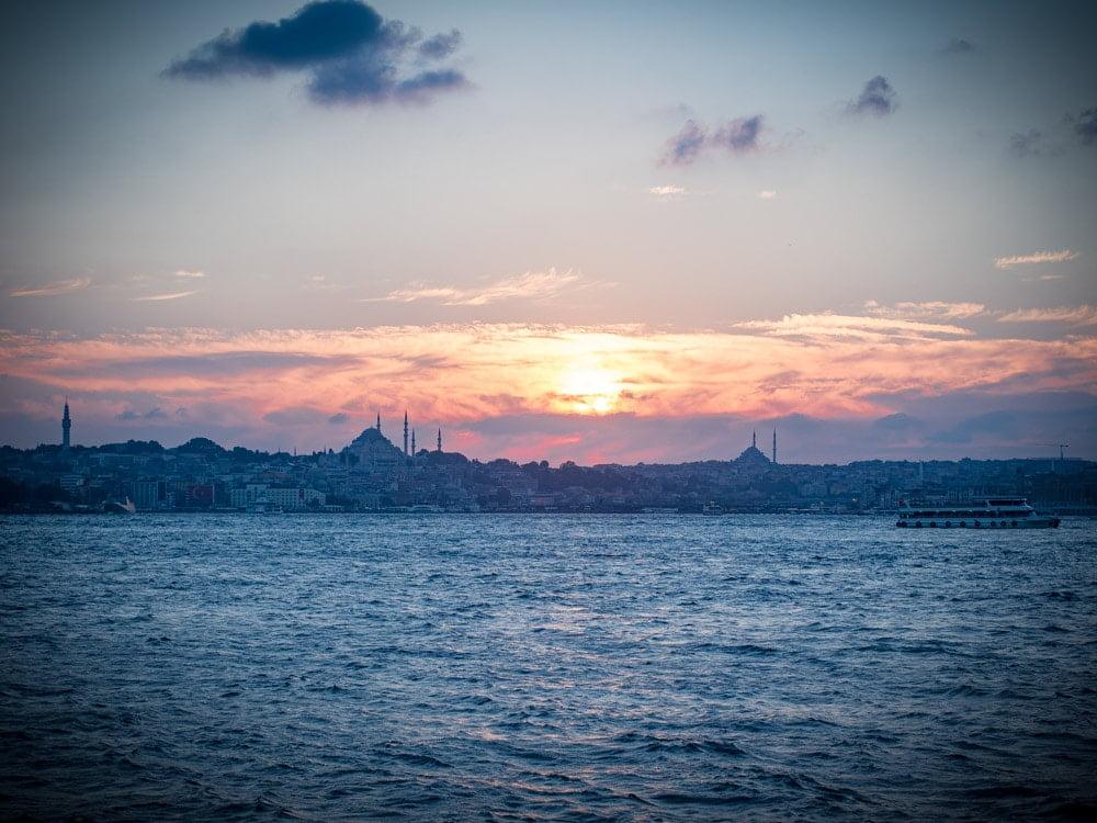 coucher de soleil sur sultanahmet depuis uskudar à istanbul