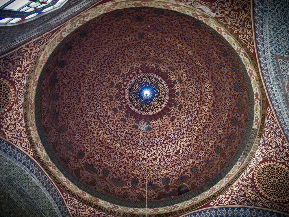 magnifique plafond rouge et or du harem au palais topkapi à istanbul