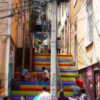 escaliers de couleur à valparaiso au chili
